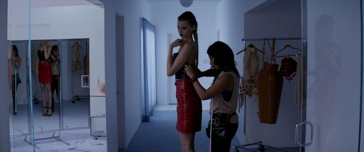 Abbey Lee Kershaw (Sarah) / Rebecca Dayan (dresser) actresses | The Neon Demon / Nicolas Winding Refn 2016